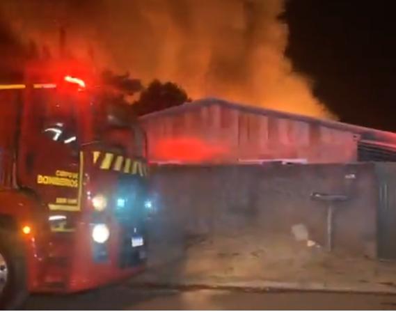 Incêndio destrói casas no bairro Interlagos, em Cascavel