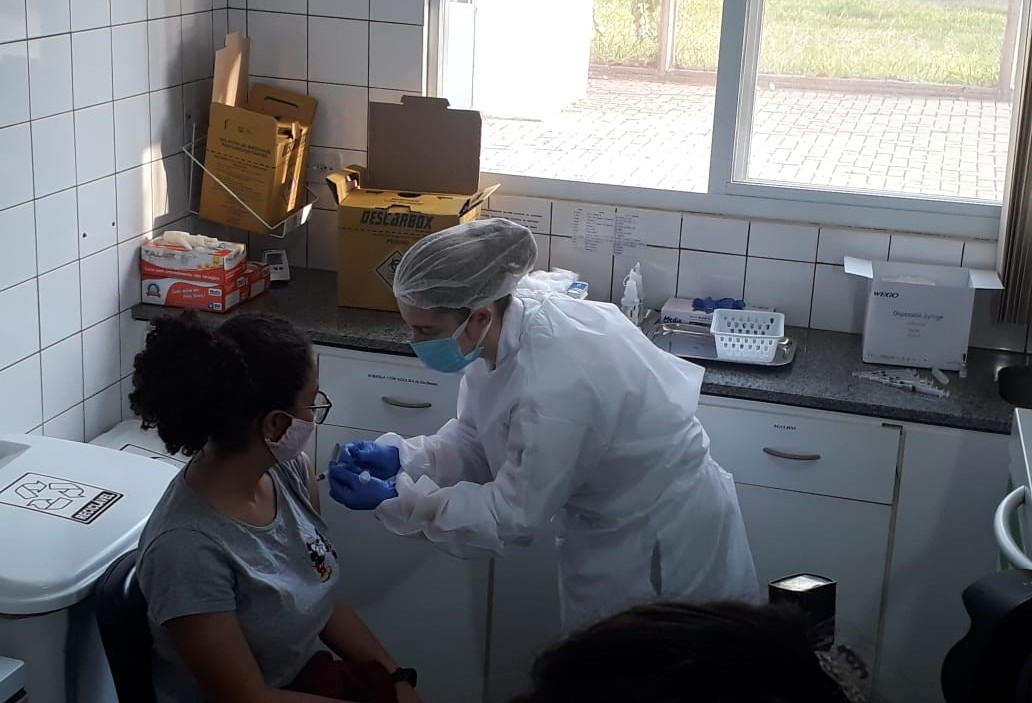 Jovens de 18 anos s começam a ser vacinados contra a Covid-19