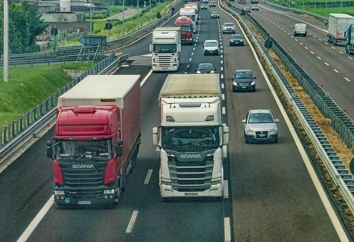 Uber para caminhoneiros: novo aplicativo reestrutura transporte no Brasil