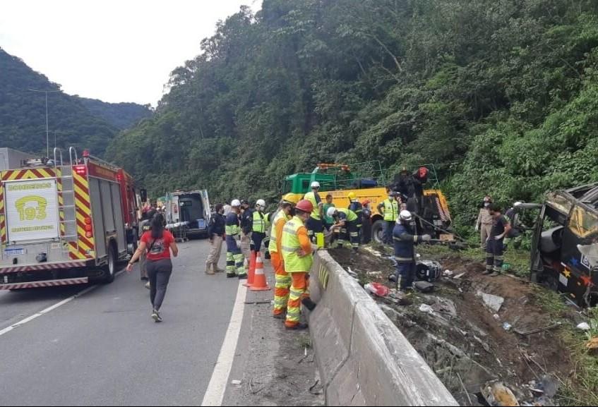 Ao menos 19 morrem em acidente com ônibus na BR-376