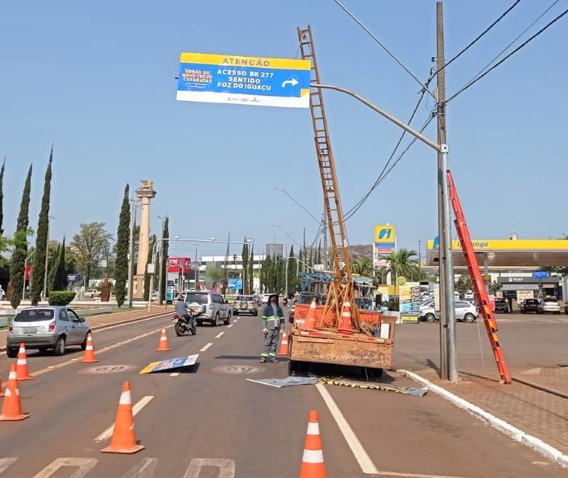 Rotas alternativas urbanas recebem reforço na sinalização vertical para indicar travessias seguras